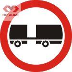 Accesul interzis autovehiculelor cu remorcă cu excepția celor cu semiremorcă sau cu remorcă cu o osie, C8